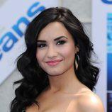 Demi Lovato con el pelo oscuro y ondas