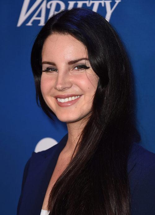 Lana Del Rey con el pelo negro azabache
