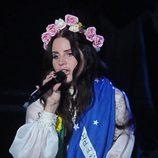 Lana Del Rey con el pelo rizado y una corona flores