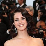 Lana de Rey con una melena midi ondulada