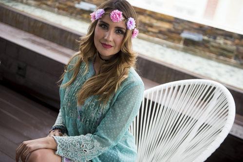 Dulce María con diadema de flores