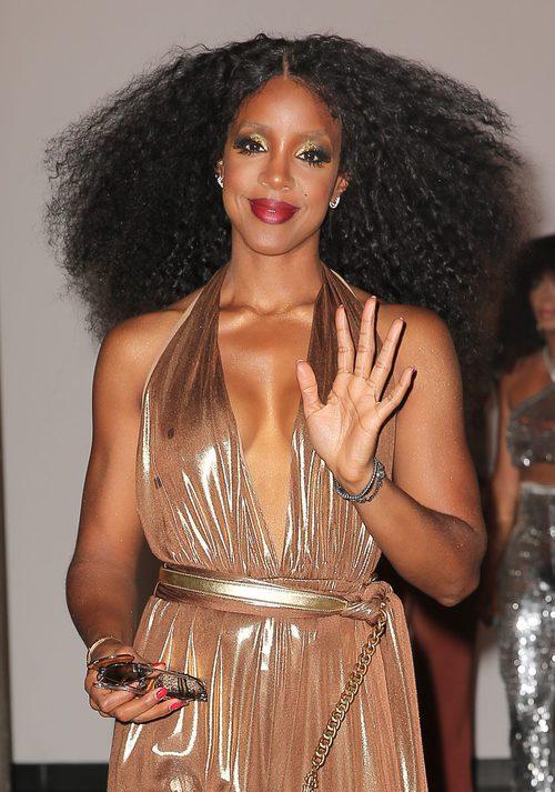 Kelly Rowland con una larga melena cardada
