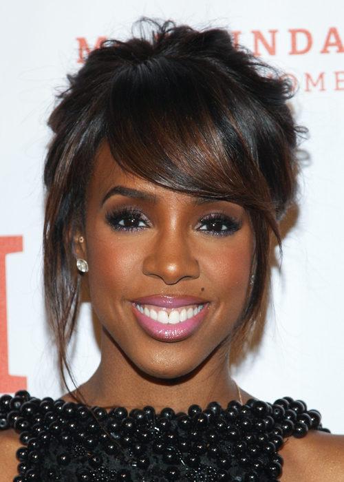 Kelly Rowland con un largo flequillo a un lado