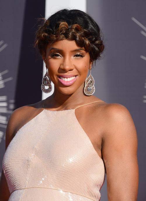 Kelly Rowland con un peinado con una trenza ancha