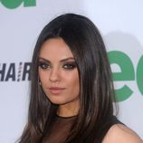 Mila Kunis con el cabello liso y raya en medio