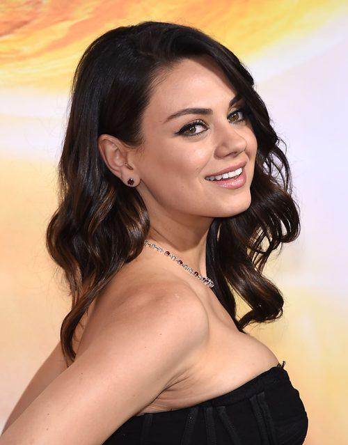 Mila Kunis con el pelo ondulado