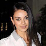 Mila Kunis con el pelo liso a un lado