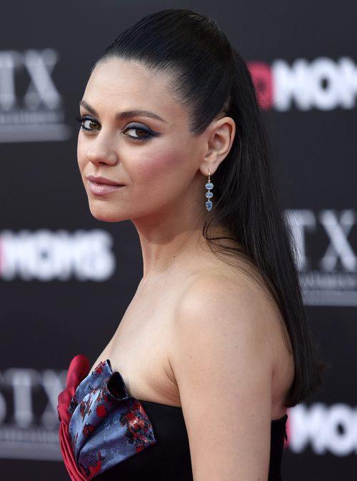 Mila Kunis con coleta alta extralisa