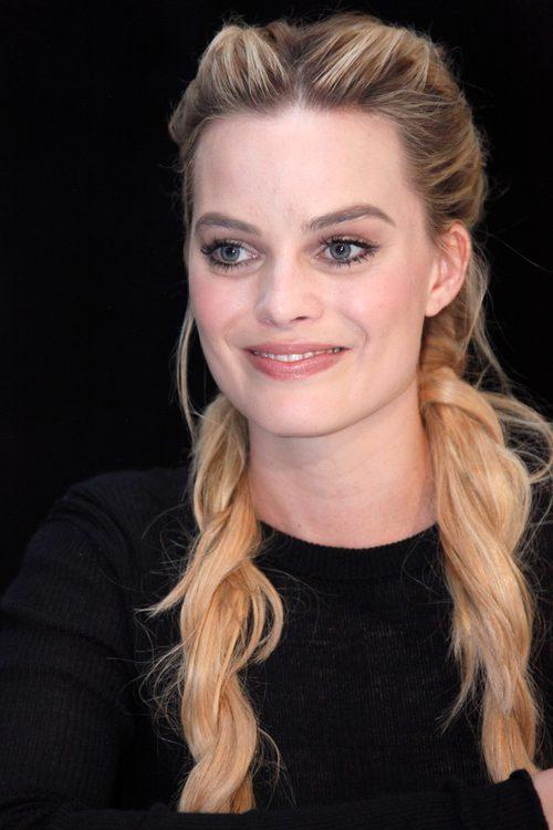 Margot Robbie apuesta por un maquillaje natural y un rubor rosado
