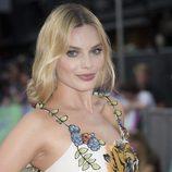Margot Robbie apuesta por un labial nude de acabado cremoso