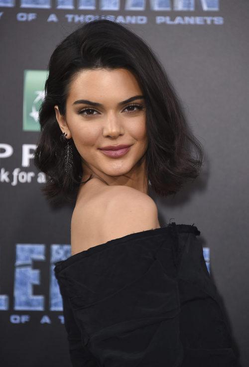 Kendall Jenner con sombras marrones y labios rosas
