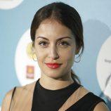 Hiba Abouk con recogido y labios rojos