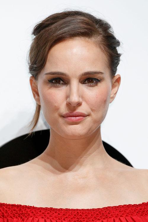Natalie Portman con delineado negro y labial rosa