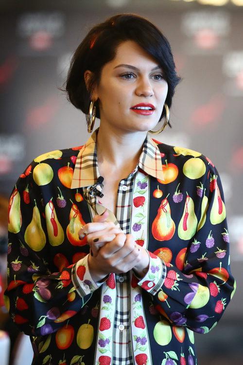 Jessie J con melena bob y diadema
