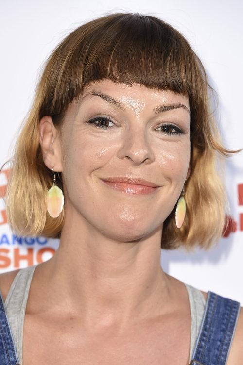 Pollyanna McIntosh con flequillo recto y maquillaje en tonos melocotón