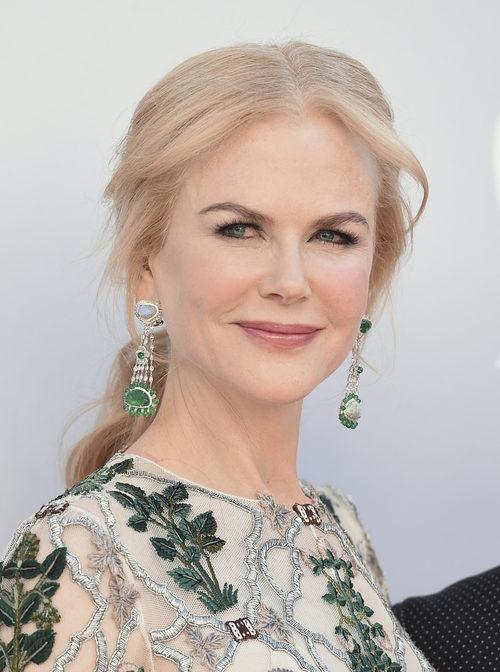 Nicole Kidman con coleta baja y mechones sueltos