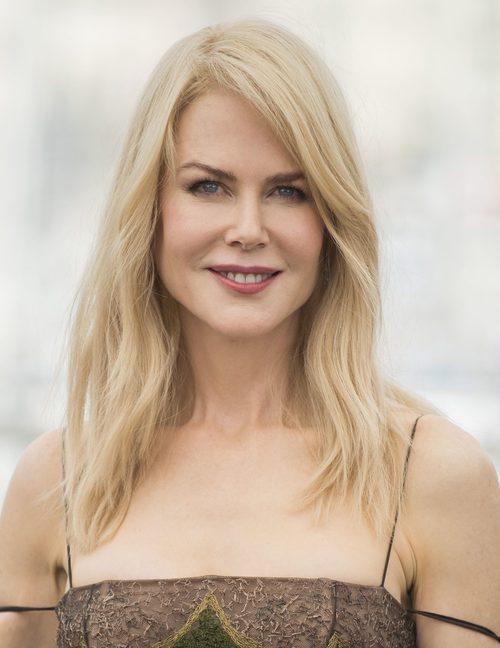 Nicole Kidman con melena natural y raya a un lado