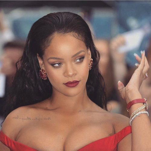 Rihanna con un maquillaje en tonos rojizos