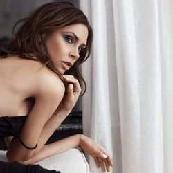 Victoria Beckham posando para su nueva colección de cosméticos con Estée Lauder