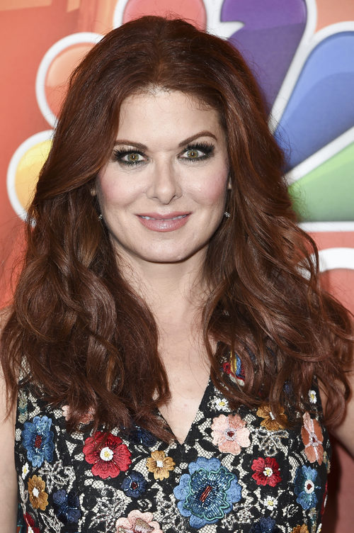 Debra Messing con cabello ondulado y smokey eye