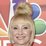 Anne Heche con maxi moño y maquillaje natural