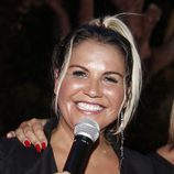 Katia Aveiro con maquillaje con brillos y coleta alta