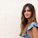 Sara Carbonero con ondas naturales y maquillaje en tonos tierra