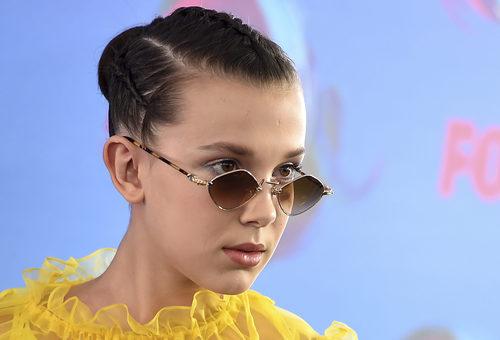 Millie Bobby Brown con peinado de trenzas y gafas retro