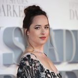 Dakota Johnson da un toque de color a sus mejillas