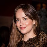 Dakota Johnson apuesta por el colorete anaranjado