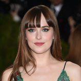 Dakota Johnson combina el verde de sus ojos con su vestido
