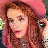 Bella Thorne con purpurina en las cejas y ojos