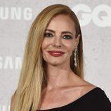 Paula Vázquez con melena lisa y labios rojos