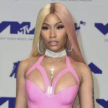 Nicki Minaj con extensiones rubias y rosas y marcado delineado
