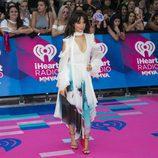 Camila Cabello de blanco con un vestido vaporoso