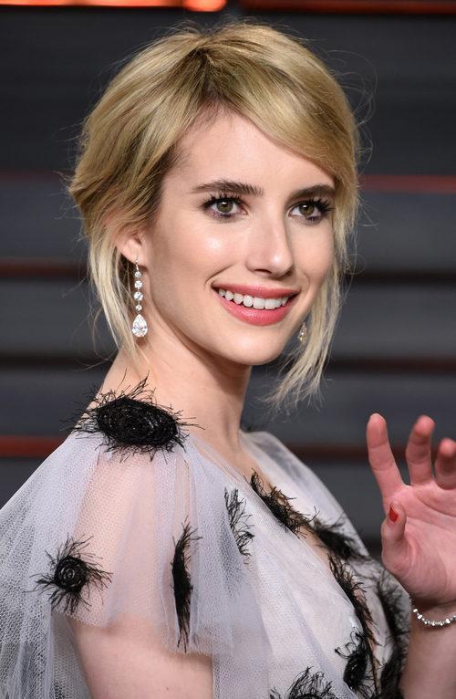 Emma Roberts con flequillo ladeado y mechones sueltos