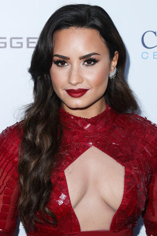 Demi Lovato con los labios rojo pasión