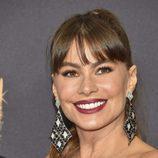 Sofía Vergara luce flequillo durante los Emmy Awards 2017