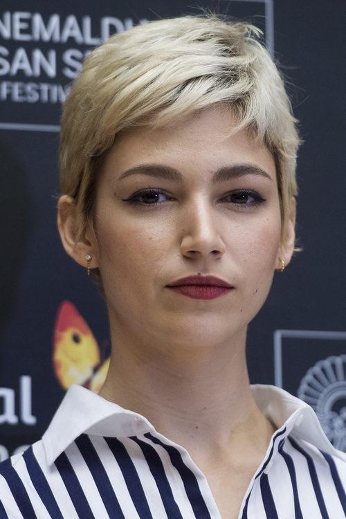 Úrsula Corberó cambia a un corte de cabello bob de color platino