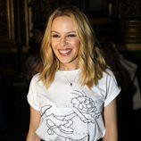 Kylie Minogue en el front row de Stella McCartney en Paris Fashion Week luciendo brillos