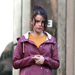 Selena Gomez con el pelo mojado rodando una escena de la nueva película de Woody Allen