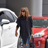 Halle Berry con la melena al viento haciendo recados por Los Angeles