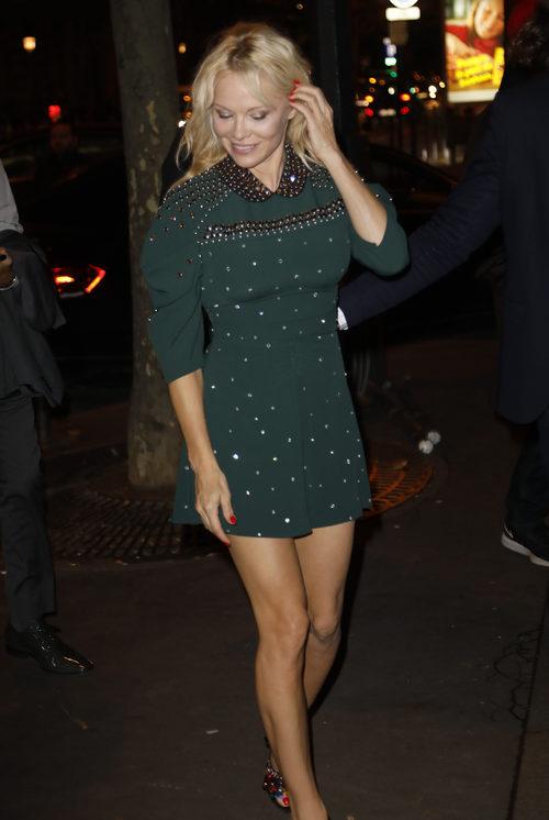 Pamela Anderson luciendo raíces en la París Fashion Week