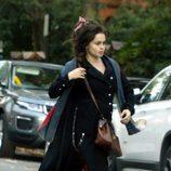 Helena Bonham Carter con un lazo recogiendo su melena en Londres