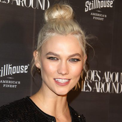 Karlie Kloss con un moño despeinado en el aniversario de 'What Goes Around Comes Around'