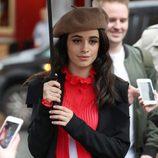 Camila Cabello luciendo una boina chic durante un paseo por la ciudad de Londres