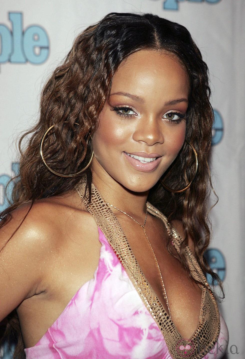 Peinado de Rihanna con larga melena rizada en color castaño