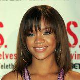 Peinado de Rihanna con media melena en color castaño