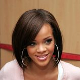Peinado de Rihanna con media melena tipo bob y flequillo ladeado en color castaño