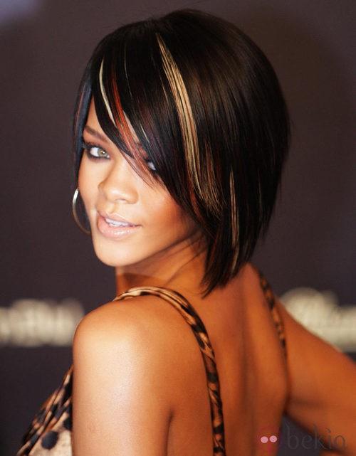 Peinado de Rihanna con media melena tipo bob y flequillo ladeado en color castaño con mechas rubias
